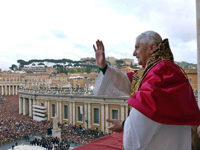 papa-pos-conclave-2005-afp